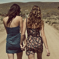 欧美范闺蜜图片2个人背影 时代姐妹花永远不分家