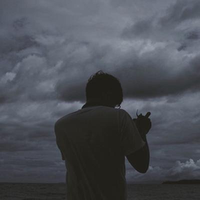 男生黑白图片大全伤感孤独 不好意思关爱情是什么我不懂