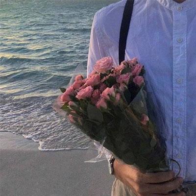 浪漫的手捧鲜花唯美背景图ins风 跨过山河来保护你喜欢是棋逢对手