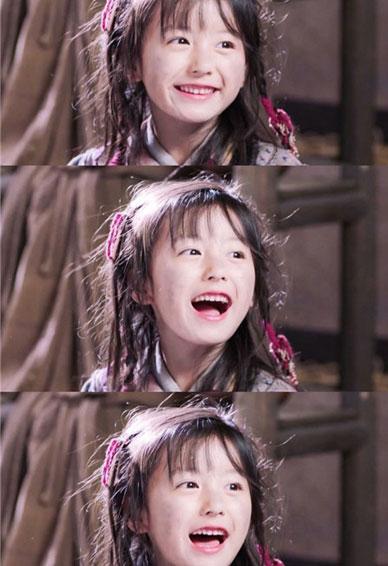 看上去就很开心的小女孩手机壁纸 又萌又可爱的爱笑女孩子